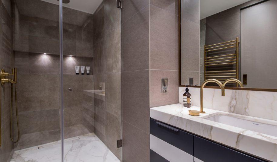 Roselind Wilson Design Eastcastle Street master bathroom
